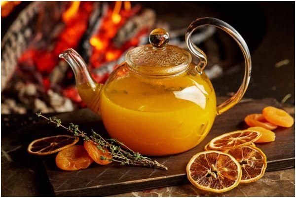 стеклянный чайник с облепиховым чаем