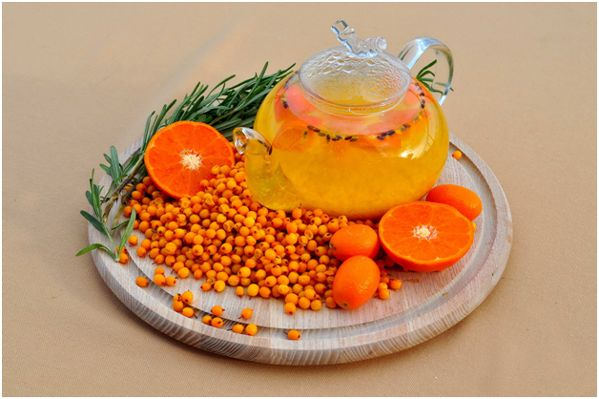 ягоды облепихи, чайник, апельсин