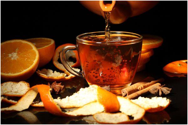 чашка с чаем и апельсины