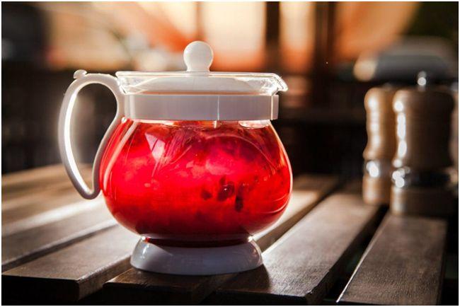 чайник с малиновым чаем