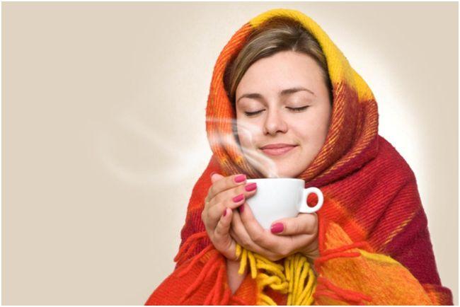 девушка в одеяле с чаем