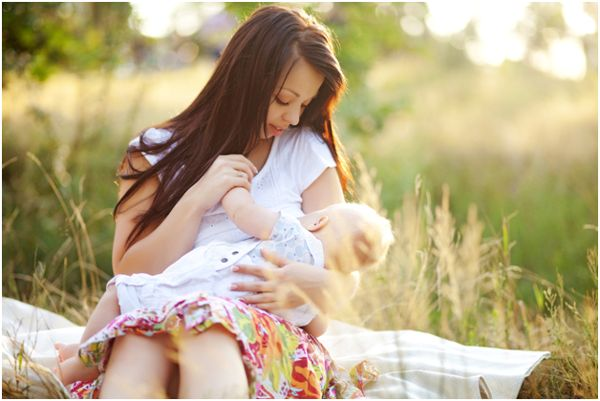 кормящая мама в поле