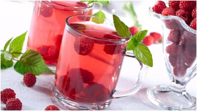 кружки с чаем из малины