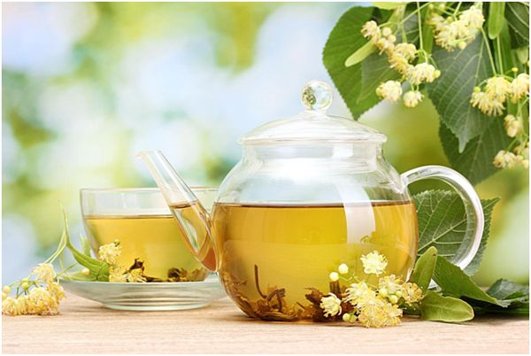 чайник и чашка с липовым чаем