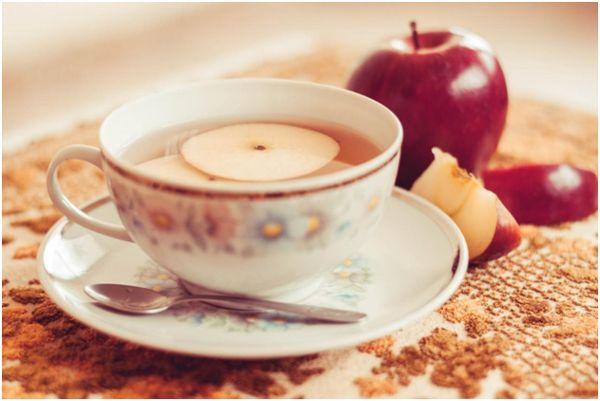 чашка с яблочным чаем