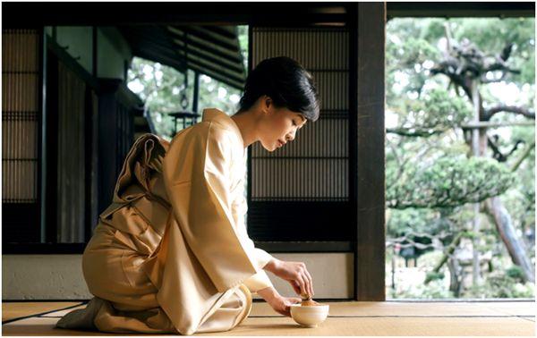 японка с чаем маття