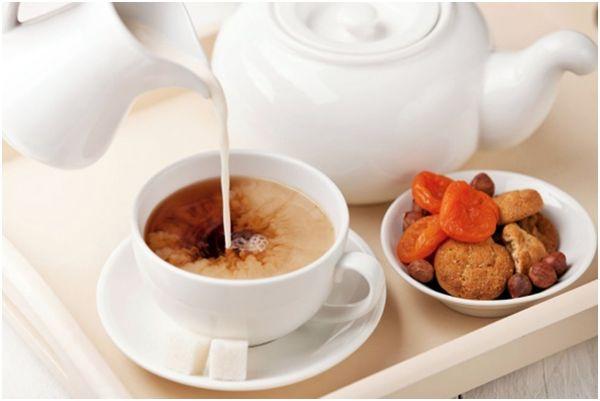 чай с молоком и сухофрукты