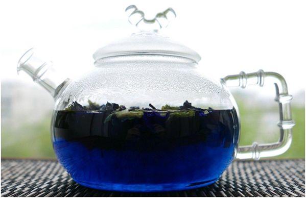 чайник с синим чаем