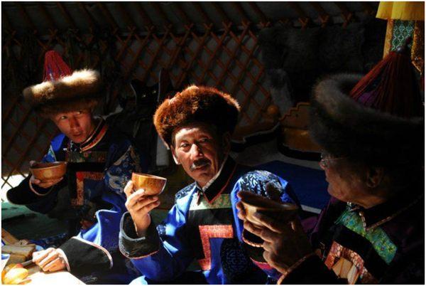 чаепитие в национальных костюмах