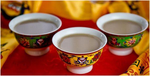 чай с молоком и солью в традиционных чашках