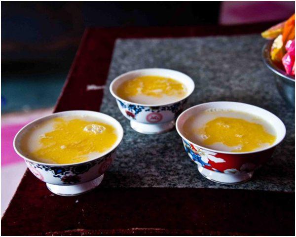 молочный чай с маслом в ярких чашках