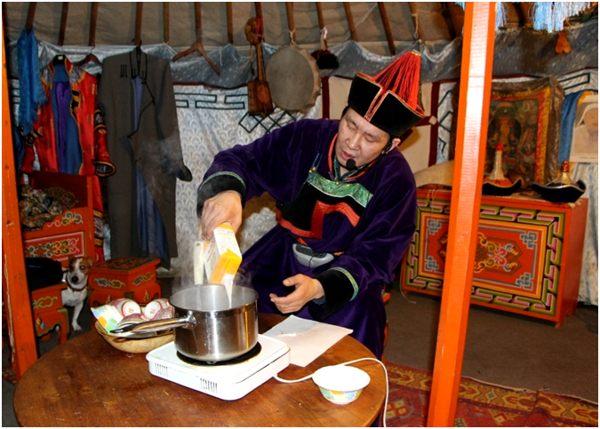 приготовление чая с солью в кастрюле