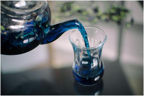 синий чай в турецкой кружечке
