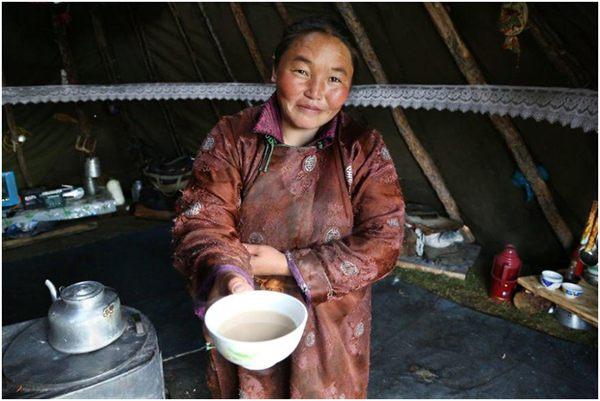 женщина в юрте с чаем