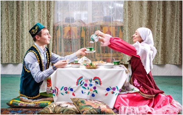 татарские парень и девушка за столом