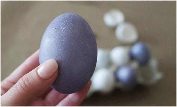 окрашенное яйцо в каркаде