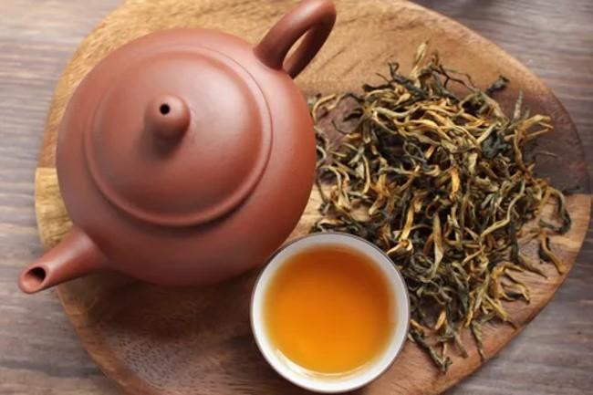 чайник и чашка чая дянь хун