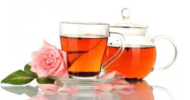 чайник и чашка с чаем