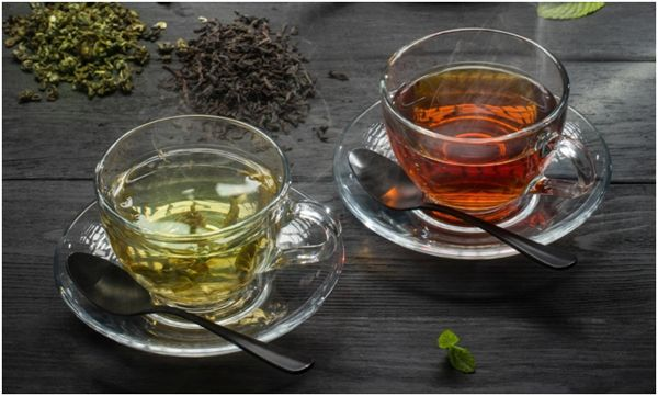 две чашки с зеленым и черным чаем