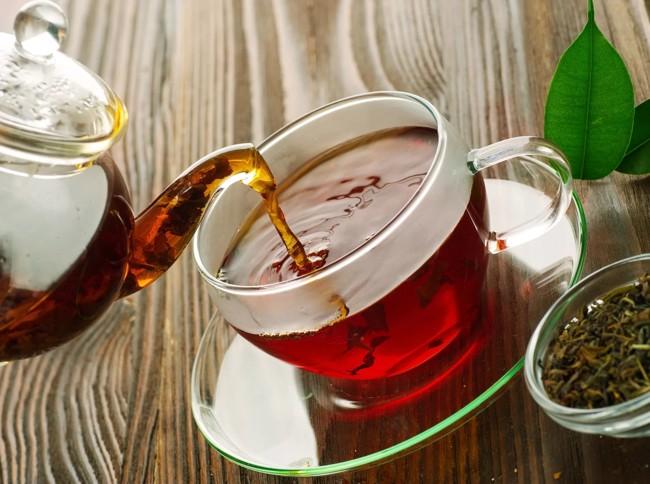 наливают чай из чайника