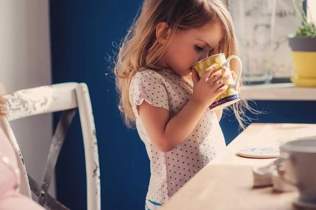 ребенок пьет чай с душицей