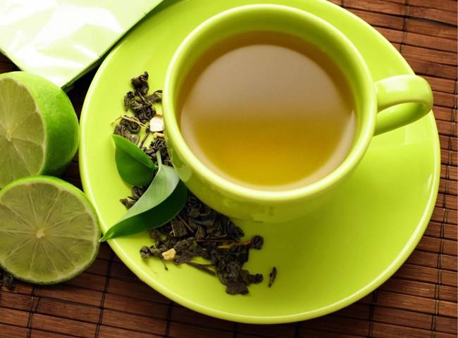 зеленая чашка чая с лимоном