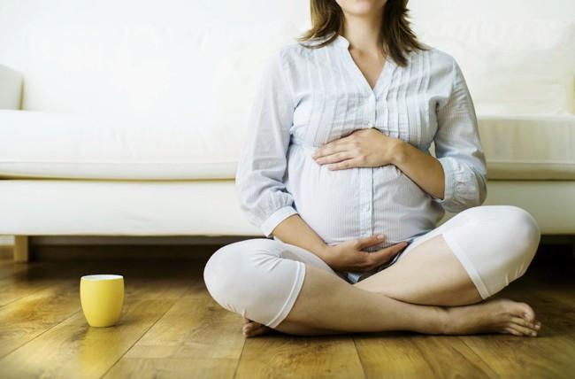 беременная с чашкой чая