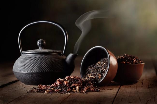 чай черный в чайнике
