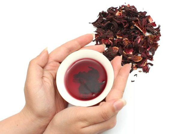 чашка чая каркаде в руках