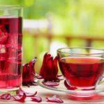 чашка и стакан чая каркаде