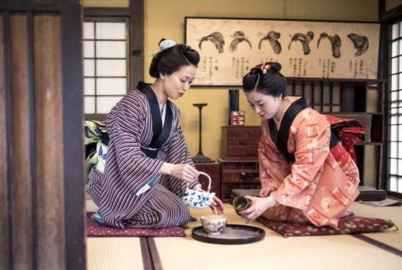 итайские девушки пьют чай