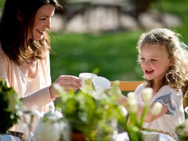 мама и дочь пьют чай