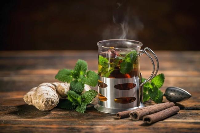 стакан чая с имбирем мятой и корицей