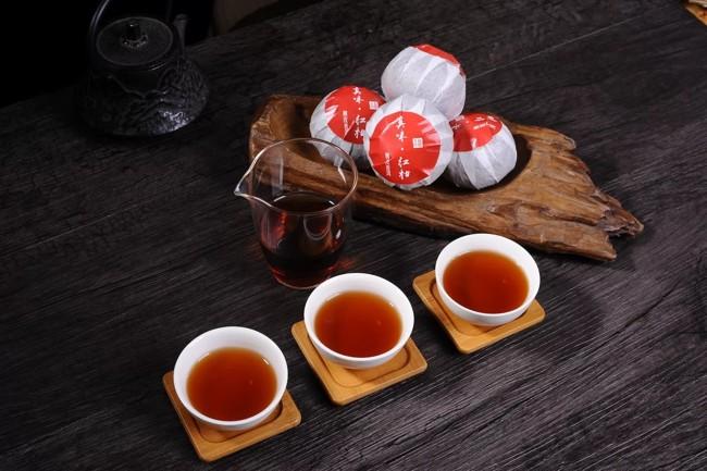 упакованный чай пуэр в мандарине
