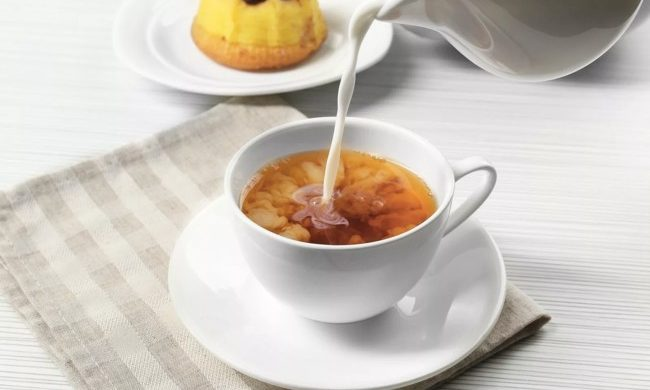 в чашку с чаем льют молоко