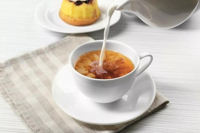 в чашку с чаем наливают молоко