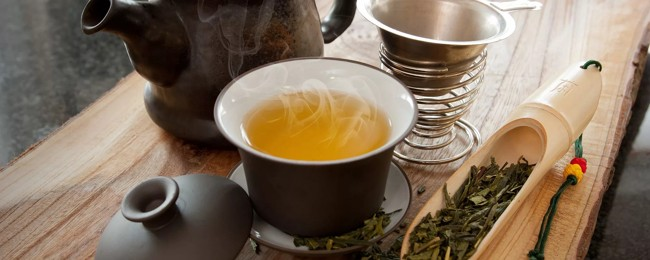 заварник и чашка желтого чая