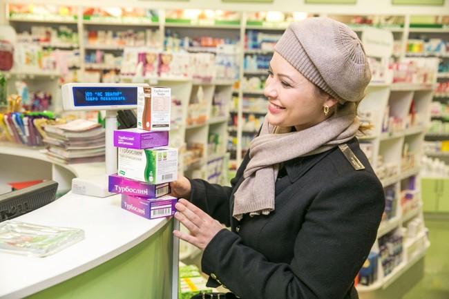 женщина покупает чай турбослим