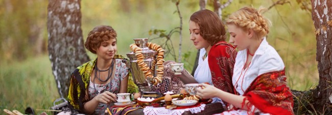 девушки в лесу пьют чай