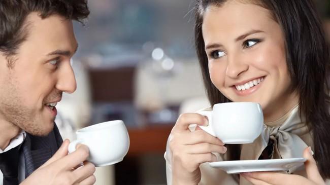 пара пьет чай