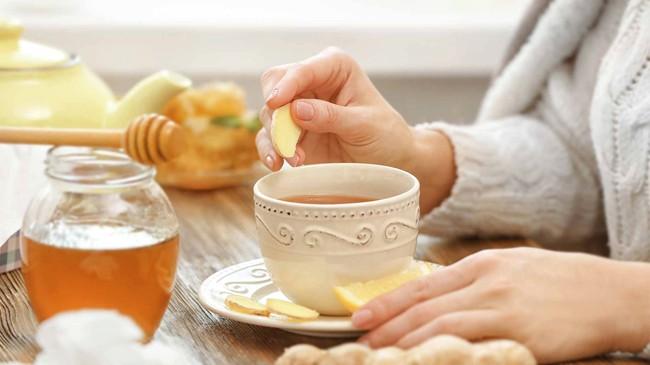 пьют чай с имбирем