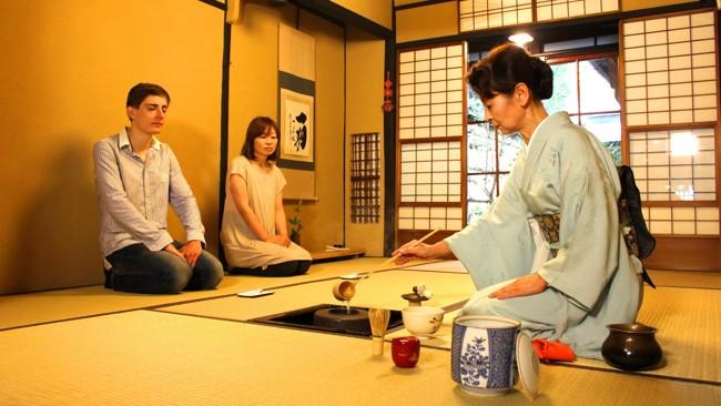 японка разливает чай