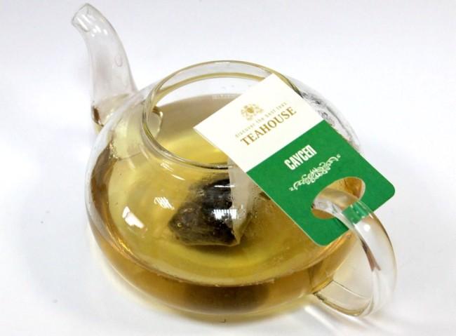 заварник с чаем с саусепа