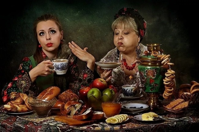 женщины пьют чай
