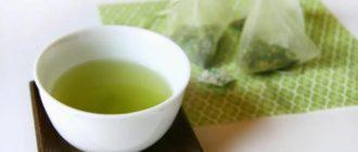 чашка чая зеленого и пакетики
