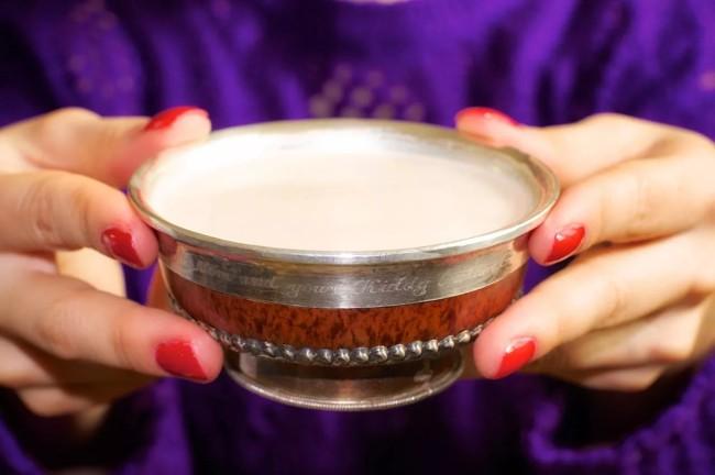чашка монгольского чая в руках