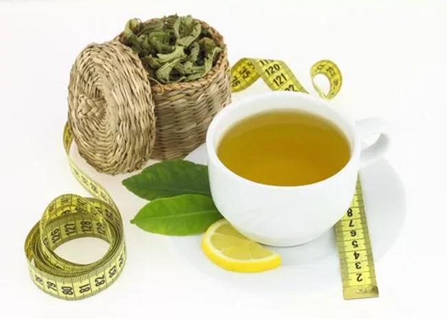 чашка зеленого чая и сантиметр