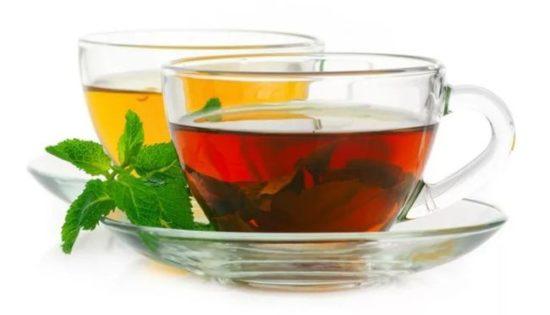 черный и зеленый чай в чашках