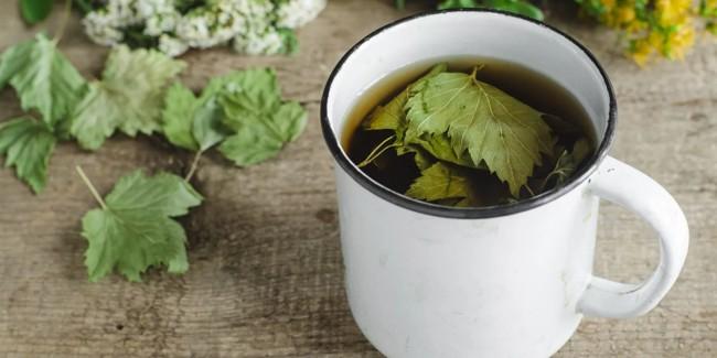 кружка чая из смородинового листа