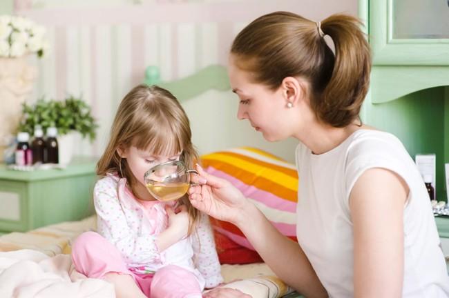 мама поит дочь чаем